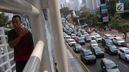 Kendaraan melintas di Jalan Jenderal Sudirman, Jakarta, Minggu (14/10). Perpanjangan waktu kebijakan ganjil genap berdasarkan Pergub DKI Jakarta Nomor 106 Tahun 2018. (Liputan6.com/Immanuel Antonius)