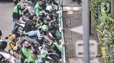 FOTO: Minim Pengawasan, Ojol Masih Berkerumun saat Menunggu Penumpang