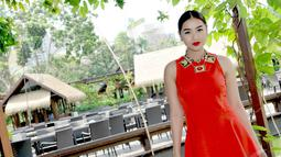 Di kesempatan itu, Selfi 'KDI' tampak cantik mempesona mengenakan midi dress merah menyala tanpa lengan, Jakarta. Foto diambil pada Selasa (23/12/2014). (Liputan6.com/Panji Diksana)