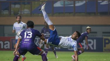 Persib Bandung meraih kemenangan keduanya di pekan kedua BRI Liga 1 2021/2022 usai mengalahkan Persita Tangerang 2-1, Sabtu (11/9/2021). Dengan mengoleksi 6 poin dan selisih gol yang sama, Persib dan Bali United menempati pucuk klasemen sementara BRI Liga 1. (Foto: Bola.com/Bagaskara Lazuardi)