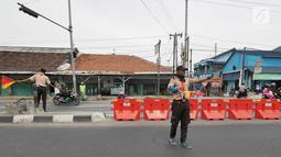 Anggota Pramuka membantu mengatur lalu lintas di jalur mudik kawasan pasar Surodadi, Tegal  Jawa Tengah, Senin (3/6/2019). Puluhan anggota Pramuka  membantu polisi mengatur lalu lintas selama arus mudik maupun arus balik. (Liputan6.com/Herman Zakharia)