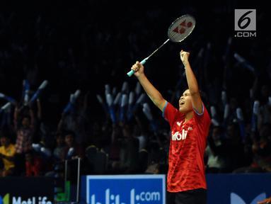 Pebulu tangkis Indonesia, Gregoria Mariska Tunjung mengangkat tangan usai mengalahkan Chen Yufei (China) pada putaran pertama Indonesia Open 2017 di Jakarta, Selasa (13/6). Gregoria unggul 17-21, 21-19, 21-19. (Liputan6.com/Helmi Fithriansyah)