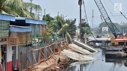 Pemasangan turap di sebelah Ruang Publik Terpadu Ramah Anak (RPTRA) Krendang, Tambora, Jakarta, Kamis (25/10). RPTRA Krendang akan dibuka kembali pada Desember mendatang atau hingga pemasangan turap selesai. (Merdeka.com/Iqbal Nugroho)