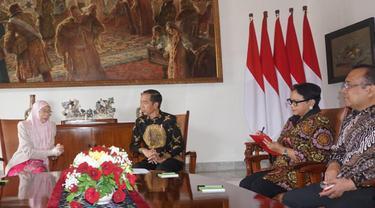 Presiden RI Joko Widodo menerima kunjungan Wakil Perdana Menteri Malaysia, Wan Azizah Wan Ismail, di Istana Bogor, Selasa, 9 Oktober 2018 (Liputan6.com/Titin Supriatin)