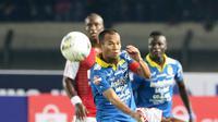 Pemain Persib Bandung, Supardi Nasir, saat melawan Persipura Jayapura pada laga Liga 1 2019 di Stadion Si Jalak Harupat, Bandung, Sabtu (18/5). Persib menang 3-0 atas Persipura. (Bola.com/M Iqbal Ichsan)