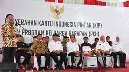 Menteri Sosial Idrus Marham memberi sambutan saat mendampingi Presiden Jokowi dalam penyerahan KIP dan PKH di SMA Negeri 1 Palembang, Sumatra Selatan (22/1). (Liputan6.com/Pool/Biro Setpres)