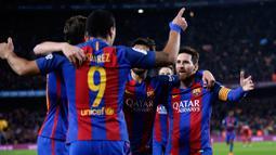 Penyerang Barcelona, Lionel Messi bersama Luis Suarez merayakan gol pembuka ke gawang Atletico Madrid pada leg kedua semifinal Copa del Rey di Estadio Camp Nou, Selasa (7/2). Barca lolos ke final dengan keunggulan aggregat 3-2. (AP Photo/Manu Fernandez)