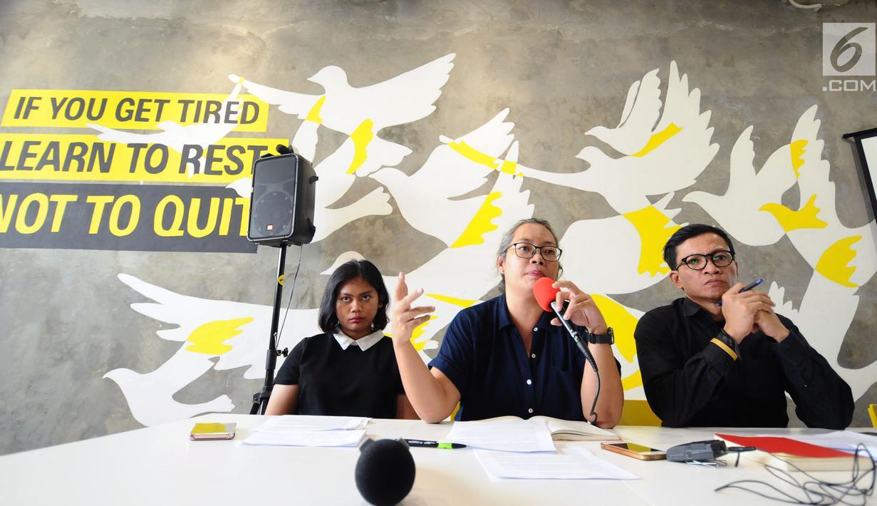 Aktivis IPT 65, Ayu Wahyuningrum (tengah) memberi rilis bersama Amnesty International Indonesia di Jakarta, Jumat (20/10). Rilis terkait Indonesia perlu membuka arsip tragedi 65 pasca diungkapnya dokumen Amerika. (Liputan6.com/Helmi Fithriansyah)