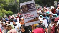 Massa Sahabat Muslim Rohingya membawa poster dalam unjuk rasa di depan Kedubes Myanmar, Jakarta Pusat, Senin (4/9). Sejumlah peserta yang didominasi wanita itu mengutuk kekerasan yang menimpa Muslim Rohingya di Myanmar. (Liputan6.com/Immanuel Antonius)