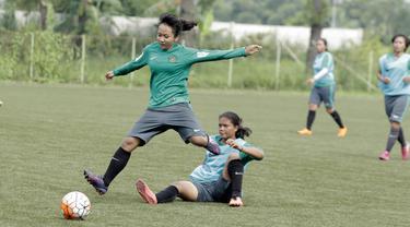 Pemain Timnas wanita Indonesia, Tugiyati, menghindari hadangan lawan saat seleksi pemain di Lapangan Sawangan, Depok, Selasa (6/3/2018). 40 pemain mengikuti Seleksi untuk Asian Games dan Piala AFF Wanita 2018. (Bola.com/M Iqbal Ichsan)