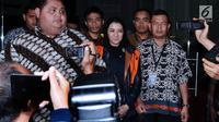 Bupati Kutai Kartanegara, Rita Widyasari (tengah) usai diperiksa di Gedung KPK, Jakarta, Jumat (6/10). Rita ditahan terkait sangkaan tindak pidana korupsi suap dan penerimaan gratifikasi Kab Kutai Kartanegara. (Liputan6.com/Helmi Fithriansyah)