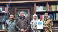 Beredar foto Ketum Demokrat Susilo bambang Yudhoyono bersama Khofifah dan Emil Dardak
