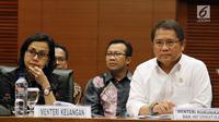 Menkeu Sri Mulyani (kiri) bersama  Menkominfo Rudiantara saat memberi keterangan terkait Annual Meetings IMF-Word Bank Grup (IMF-WBG) di Jakarta, Selasa (13/3). Annual Meetings IMF- WBG akan berlangsung  di Nusa Dua Bali. (Liputan6.com/JohanTallo)