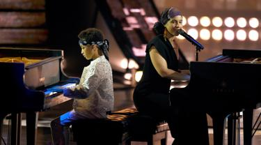 "Penyanyi Alicia Keys dan putranya Egypt Dean beraksi bermain piano di panggung iHeartRadio Music Awards 2019 di Los Angeles, California, AS (14/3). Alicia Keys dan putranya membawakan lagu ""Raise A Man"". (AP Photo/Chris Pizzello)"
