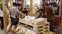 Pengunjung melihat produk biji kopi yang sudah diolah di pameran Indonesia Trade Expo (ITE) 2017 di ICE, BSD, Tangerang Selatan, Rabu (11/10). (Liputan6.com/Angga Yuniar)