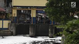 Buih terlihat di aliran Kali Duri yang berwarna hitam di kawasan Jakarta Barat, Sabtu (24/11). Dinas Lingkungan Hidup DKI Jakarta mengungkapkan bahwa sebanyak 61 persen aliran sungai di Jakarta mengalami pencamaran berat. (Liputan6.com/Herman Zakharia)
