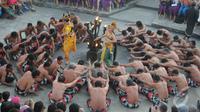 Kisah yang biasa dipentaskan dalam Tari Kecak adalah Kisah Perjalanan Ramayana, Bali (31/8/2014) (Liputan6.com/Herman Zakaria)