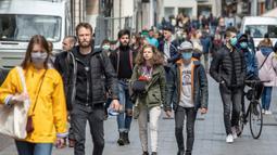 """Orang-orang mengenakan masker berjalan di Lille, Prancis utara, (11/5/2020). Prancis mulai melonggarkan pembatasan pergerakan mulai Senin (11/5) melalui """"proses yang sangat bertahap"""" yang akan berlangsung selama beberapa pekan. (Xinhua/Sebastien Courdji)"""