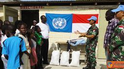 Citizen6, Haiti: Prajurit TNI yang tergabung dalam Satgas Kontingen Garuda XXXII-A/MINUSTAH memberikan bantuan seragam kepada sekolah dasar Centre Educative Foyer La Ghoite di Gonaives, Haiti, Minggu (12/8). (Pengirim: Badarudin Bakri)
