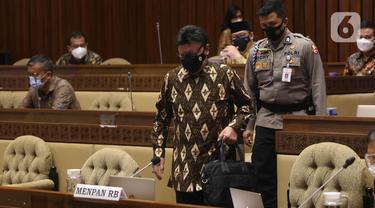 MenPAN-RB Tjahjo Kumolo bersiap mengikuti rapat kerja bersama Komisi II DPR di Komplek Parlemen, Jakarta, Kamis (8/4/2021). Dalam rapat tersebut membahas mengenai pandangan pemerintah atas penjelasan DPR terkait RUU tentang ASN serta pembentukan Panja RUU tersebut. (Liputan6.com/Angga Yuniar)