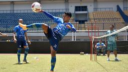Pemain Persib Bandung, Febri Hariyadi, saat berlatih santai bersama timnya. (Bola.com/Erwin Snaz)