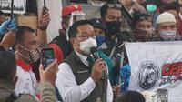 Gubernur Jawa Barat Ridwan Kamil menyambangi demonstran buruh yang sudah menyemut di depan Gedung Sate, Jalan Diponegoro, Bandung, Kamis (8/10/2020). Ia mendatangi kerumunan massa sekitar pukul 14.10 WIB. (Liputan6.com/Huyogo Simbolon)