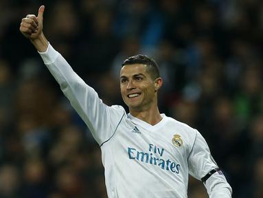Bintang Real Madrid, Cristiano Ronaldo, merayakan gol yang dicetaknya ke gawang Dortmund pada laga Liga Champions di Stadion Santiago Bernabeu, Madrid, Rabu (6/12/2017). Madrid menang 3-2 atas Dortmund. (AP/Paul White)