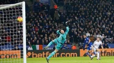 Kiper Chelsea, Thibaut Courtois gagal menghalau bola tendangan gelandang Leicester City, Riyad Mahrez pada lanjutan liga Inggris di King Power Stadium, Liecester (15/12). Leicester menang atas Chelsea dengan skor 2-1. (Reuters/Carl Recine)