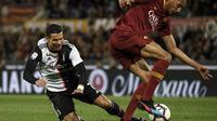 Steven Nzonzi melanggar Cristiano Ronaldo pada laga lanjutan Serie A yang berlangsung di Stadion Olimpico, Roma, Senin (13/5). AS Roma menang 2-0 atas Juventus. (AFP/Filippo Monteforte)