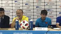 Pelatih Timnas Vietnam U-23, Park Hang-seo, dan Tran Minh Vuong, saat sesi jumpa pers seusai laga melawan Korsel di semifinal Asian Games 2018 di Stadion Pakansari, Cibinong, Rabu (29/8/2018). (Bola.com/Aning Jati)