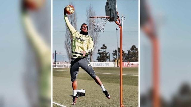Video para pemain sepak bola Real Madrid sedang berlatih main basket di sela sesi latihan resmi, pada hari Rabu 3 Februari 2016.