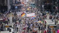 Ribuan warga Jerman melakukan aksi demonstrasi di Berlin. Mereka melakukan tuntutan atas pembatasan Virus Corona baru yang diterapkan oleh pemerintah pada Sabtu, 1 Agustus 2020.(Christoph Soeder / dpa via AP)