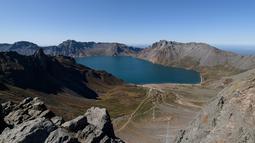 Gambar pada 11 September 2019 memperlihatkan danau Chonji atau 'Heaven lake' saat mengunjungi kawasan Gunung Paektu di Samjiyon, Korea Utara. Panorama 'Heaven lake terlihat cantik, dengan pegunungan yang mengelilingi Danau Surga tersebut . (Photo by Ed JONES / AFP)