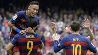 Striker Barcelona, Neymar, bersama rekannya Luis Suarez merayakan gol yang dicetaknya ke gawang Espanyol pada laga La Liga Spanyol di Stadion Camp Nou, Barcelona, Minggu (8/5/2016). (AFP/Lluis Gene)