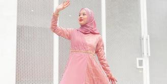 Bagi setiap perempuan muslim, tidak lah mudah untuk memutuskan berhijab. Begitu lah yang terjadi dengan Dinda Hauw yang sempat buka tutup hingga akhirnya benar-benar mantap berhijab. (Instagram/dindahw)