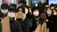 Orang-orang antre untuk membeli masker di toko ritel di kota tenggara Daegu, Selasa (25/2/2020). Korea Selatan menjadi negara pertama di luar Cina daratan dengan infeksi virus COVID-19 terbesar dan membuat presiden Moon Jae-in memberikan status siaga tinggi. (Jung Yeon-je / AFP)