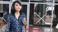 Tessa Kaunang pada saat diwawancari oleh wartawan di Pengadilan Negeri Jakarta Selatan, Senin (22/8). Tessa Kaunang digugat oleh mantan suaminya Sandy Tumiwa masalah harta gono-gini berupa rumah ditaksir seharga Rp2 miliar. (Liputan6.com/Herman Zakharia)
