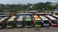 Sejumlah bus antar kota antar provinsi berjejer menunggu untuk mengangkut penumpang untuk pulang kampung di Terminal Pulogebang, Jakarta, Sabtu (9/6). Diperkirakan akan terjadi lonjakan arus mudik pada H-3 atau H-2 lebaran. (Merdeka.com/Imam Buhori)