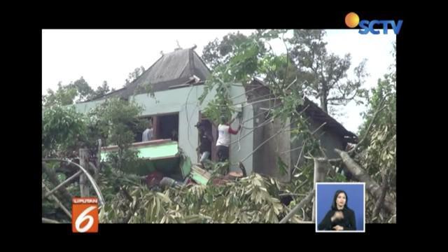 Puting beliung rusak ratusan rumah warga di Sukoharjo dan Karanganyar, Jawa Tengah.