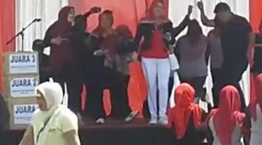 Beberepa petugas RSUD dr. Slamet Garut, nampak tengah menggelar perayaan HUT Kemerdekaan ke-74 RI di atas panggung sekitar halaman rumah sakit