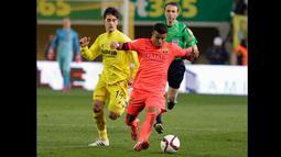 Pemain tengah Barcelona, Rafinha Alcantara berusaha membawa bola melewati pemain Villarreal pada semifinal Copa del Rey di stadion Madrigal Villarreal , Spanyol, Rabu (4/3/2015). Barcelona Menang 3-1 atas Villarreal. (Reuters/Heino Kalis)
