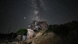 Galaksi Bima Sakti menghiasi langit malam terlihat dari Kota Ariha, Provinsi Idlib, Suriah, Sabtu (27/6/2020). (Omar HAJ KADOUR/AFP)