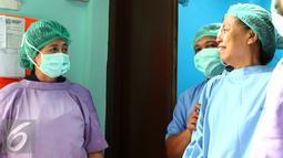 Menkes Nila F Moeloek (kiri) berbincang dengan seorang pasien yang baru selesai menjalani operasi katarak di RS Bhayangkara Brimob, Depok, Jawa Barat, Sabtu (9/1/2016). (Liputan6.com/Yoppy Renato)