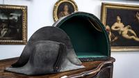 Topi Napoleon Bonapate laku terjual dengan harga yang lebih tinggi dari perkiraan sebelumnya yaitu sekitar Rp 650 juta (AFP)