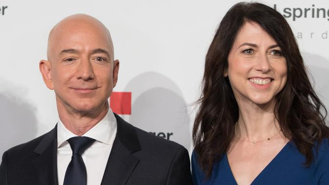 Jeff Bezos dan MacKenzie di event Axel Springer Award 2018, Berlin, Jerman, 24 April 2018. (JORG CARSTENSEN / DPA / AFP)