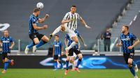 Striker Juventus, Cristiano Ronaldo, berebut bola dengan bek Inter Milan, Stefan de Vrij, pada laga Liga Italia di Stadion Allianz, Sabtu (15/5/2021). Juventus menang dengan skor 3-2. (AFP/Isabella Bonotto)