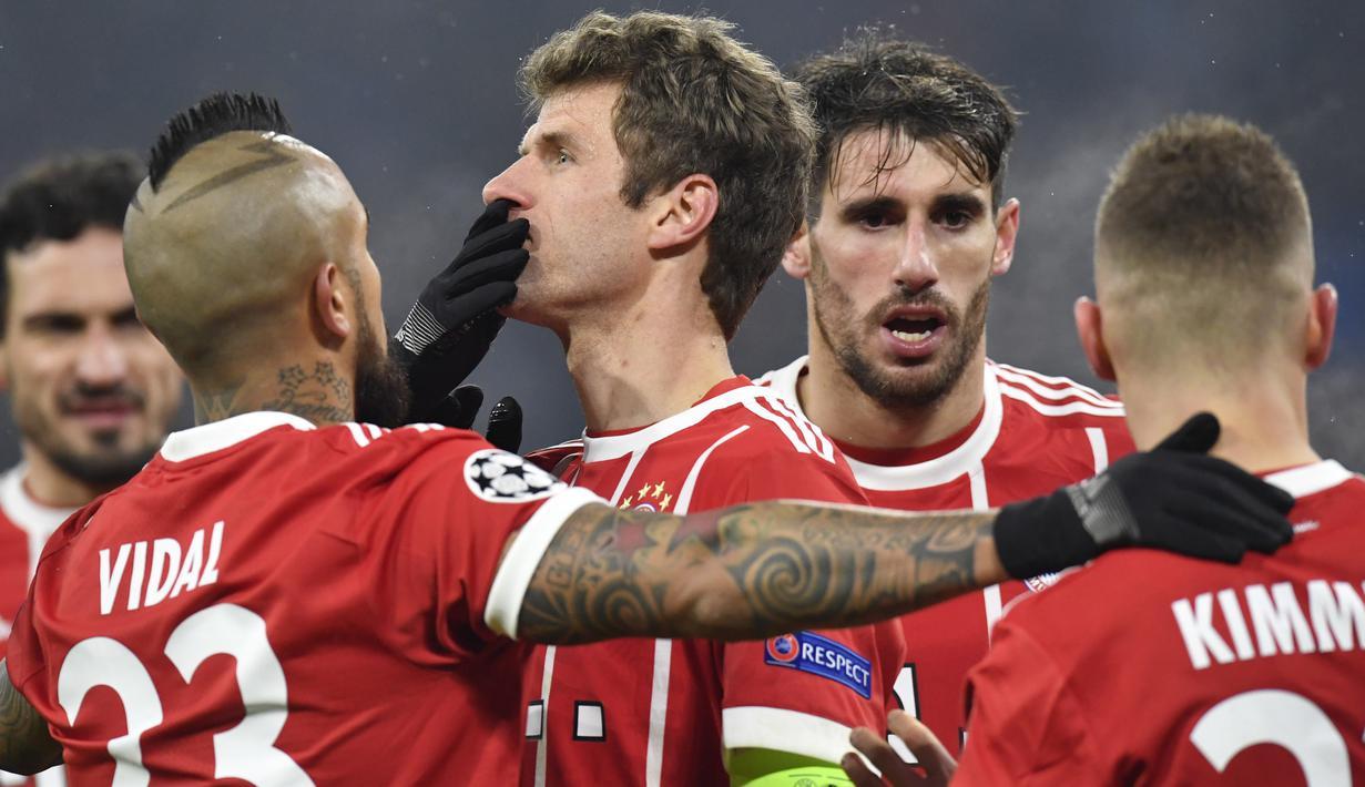 Para pemain Bayern Munchen merayakan gol yang dicetak Thomas Mueller ke gawang Besiktas pada laga Liga Champions di Stadion Allianz Arena, Munchen, Selasa (20/2/2018). Munchen menang 5-0 atas Besiktas. (AFP/Thomas Kienzle)