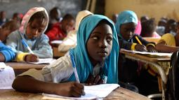 Ekspresi seorang murid saat menghadiri kelas di sekolah dasar di Pikine, di pinggiran Dakar, (30/1). Beberapa kepala negara, termasuk presiden Prancis dan Presiden Senegal mensponsori pertemuan tersebut. (AFP Photo/Seyllou)