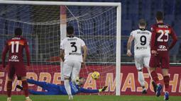 Striker Spezia, Andrej Galabinov (9) mencetak gol pertama timnya melalui eksekusi penalti ke gawang AS Roma dalam laga babak 16 besar Coppa Italia 2020/21 di Olimpico Stadium, Roma, Selasa (19/1/2021). Spezia menang 4-2 (2-2) atas AS Roma melalui extra time. (LaPresse via AP/Alfredo Falcone)