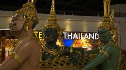 Sebelum mendarat di Moskow, pesawat saya transit dahulu di Bandara Suvarnabhumi, Bangkok. Lumayan bisa foto-foto dulu sama patung yang memiliki nama The Churning of the Milk Ocean. (Bola.com/Okie Prabhowo)
